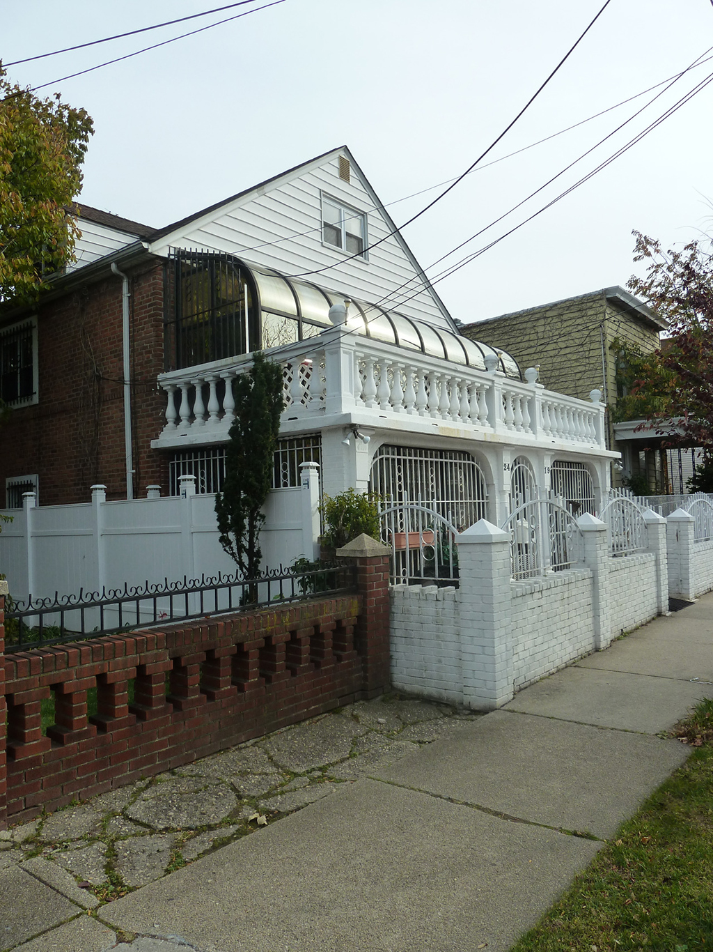 Detached (multi-family) house in East Elmhurst, 2014